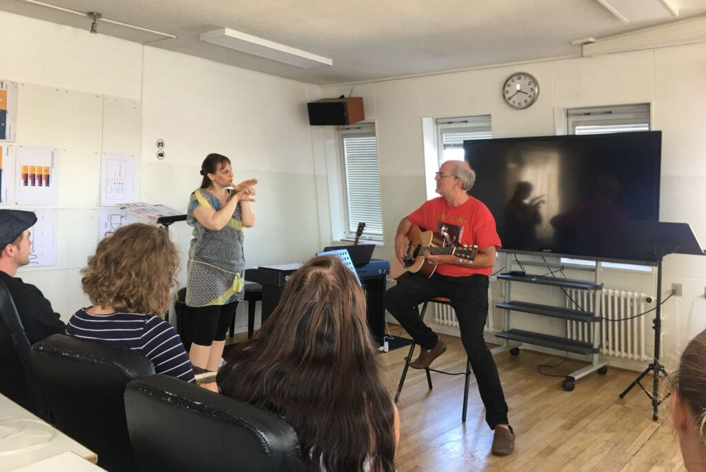 Gesangscoach Margit Reiter erklärt in Gruppenunterricht