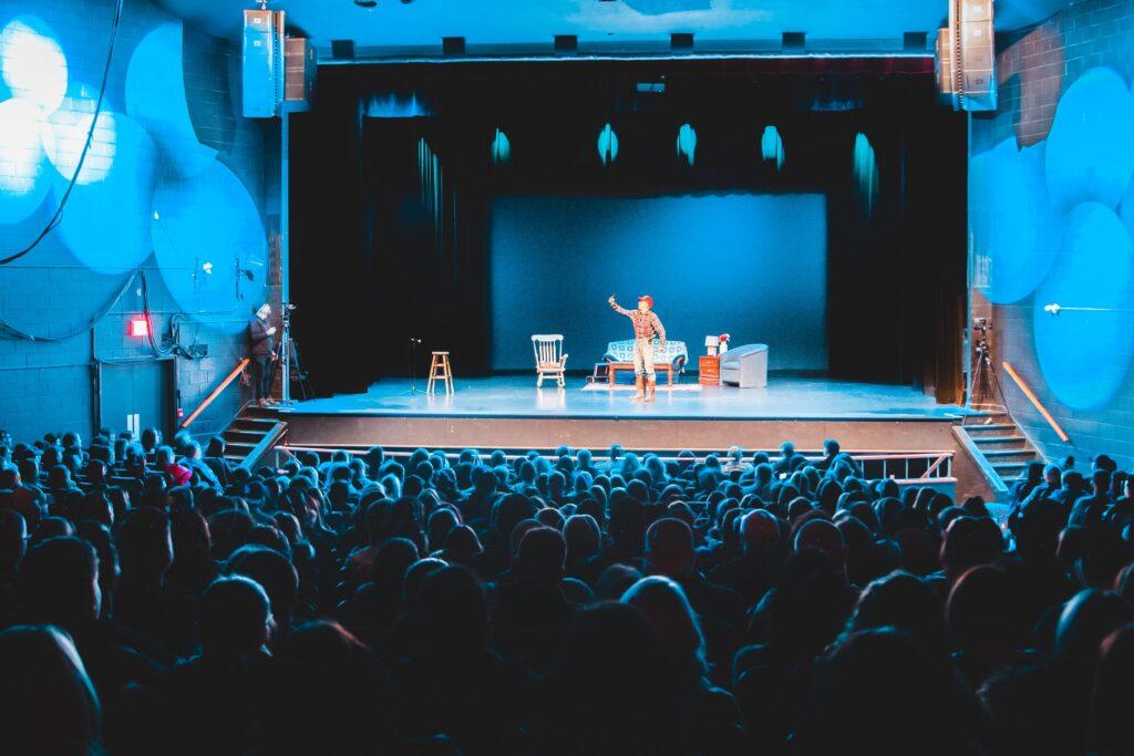 Darbietung einer Person bei Bühneauftritt vor Publikum